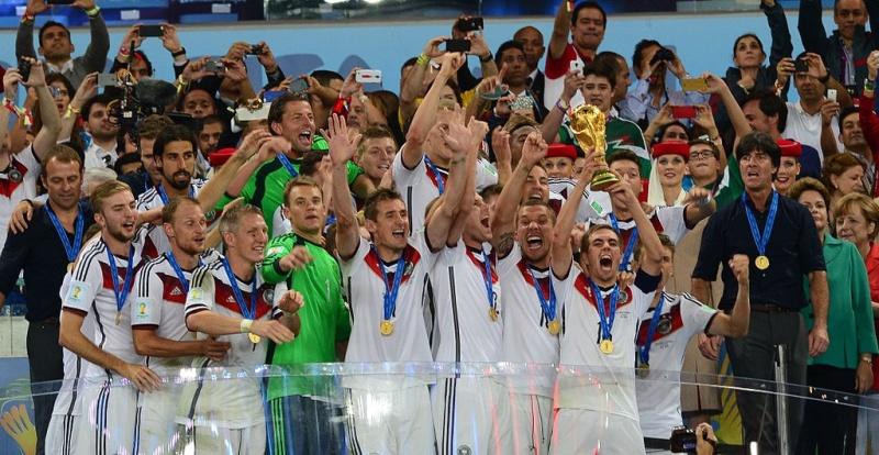 WM Siegereherung - DFB-Kapitän Philipp Lahm hebt WM Pokal in die Höhe
