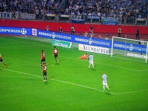 1. FCN - 1860 München : Die FCN-Verteidigung hatte des Öfteren das Nachsehen.