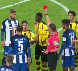 Borussia Dortmund - Hertha BSC Berlin: Schiedsrichter Patrick Ittrich zeigt Emre Mor die rote Karte